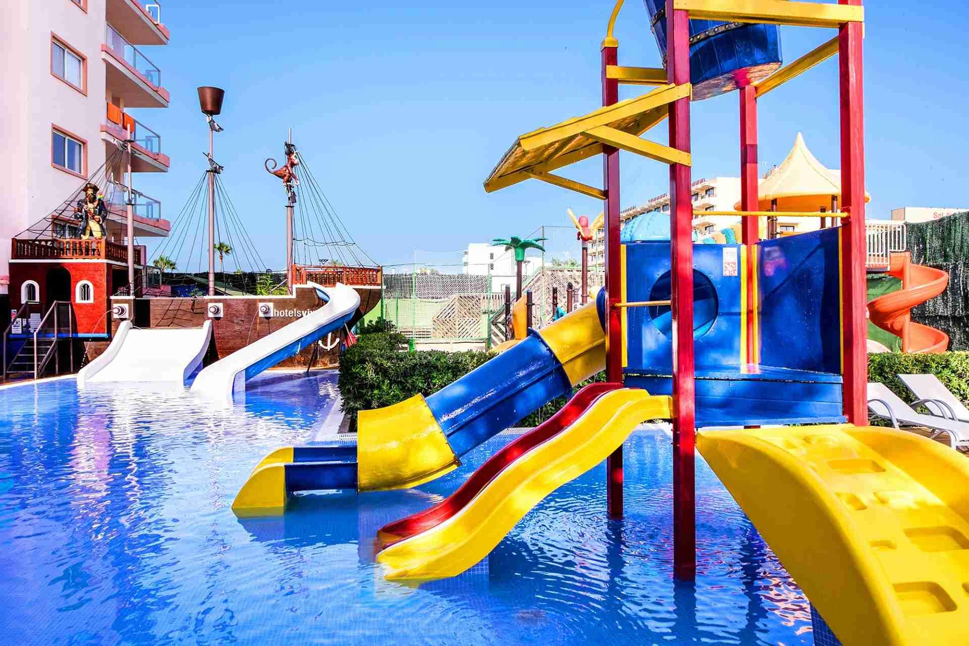 hoteles con piscina y toboganes