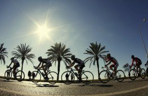 A pack of riders cycle during the first stage of the Challenge Mallorca cycling tour in Palma de Mallorca on the Spanish Balearic island of Mallorca February 6, 2011. REUTERS/Enrique Calvo (SPAIN - Tags: SPORT CYCLING) TELETIPOS_CORREO:S,BKN,%%%,FIFA
