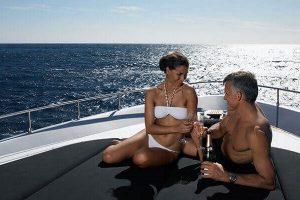 Ein Bootsausflug kann eine Erfahrung für zwei sein, an die du dich immer in deinem Urlaub mit deinem Partner erinnern wirst