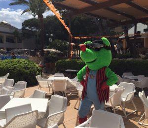 Bufo, la mascota del Mini Club, espera a los niños en Hotels Viva