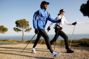 Pareja practicando nordic walking en la Playa de Muro, Mallorca