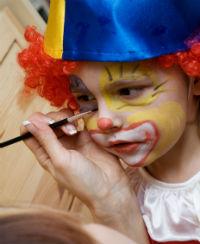 Todos los niños se preparan cada jueves antes de salir al escenario de Viva Circus