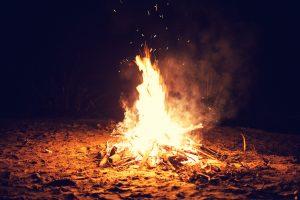 Hoguera en una playa mallorquina para celebrar la Noche de San Juan