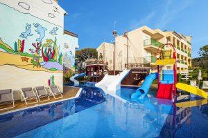 La piscina pirata y las actividades del Mini Club de Bufo del Cala Mesquida Resort encantarán a los más pequeños