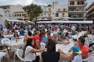 Ambiente festivo en el puerto de Cala Ratjada durante la celebración de la Mostra de la Llampuga en 2016
