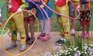 Ensayo con hulahops dentro de Viva Circus en el Viva Sunrise